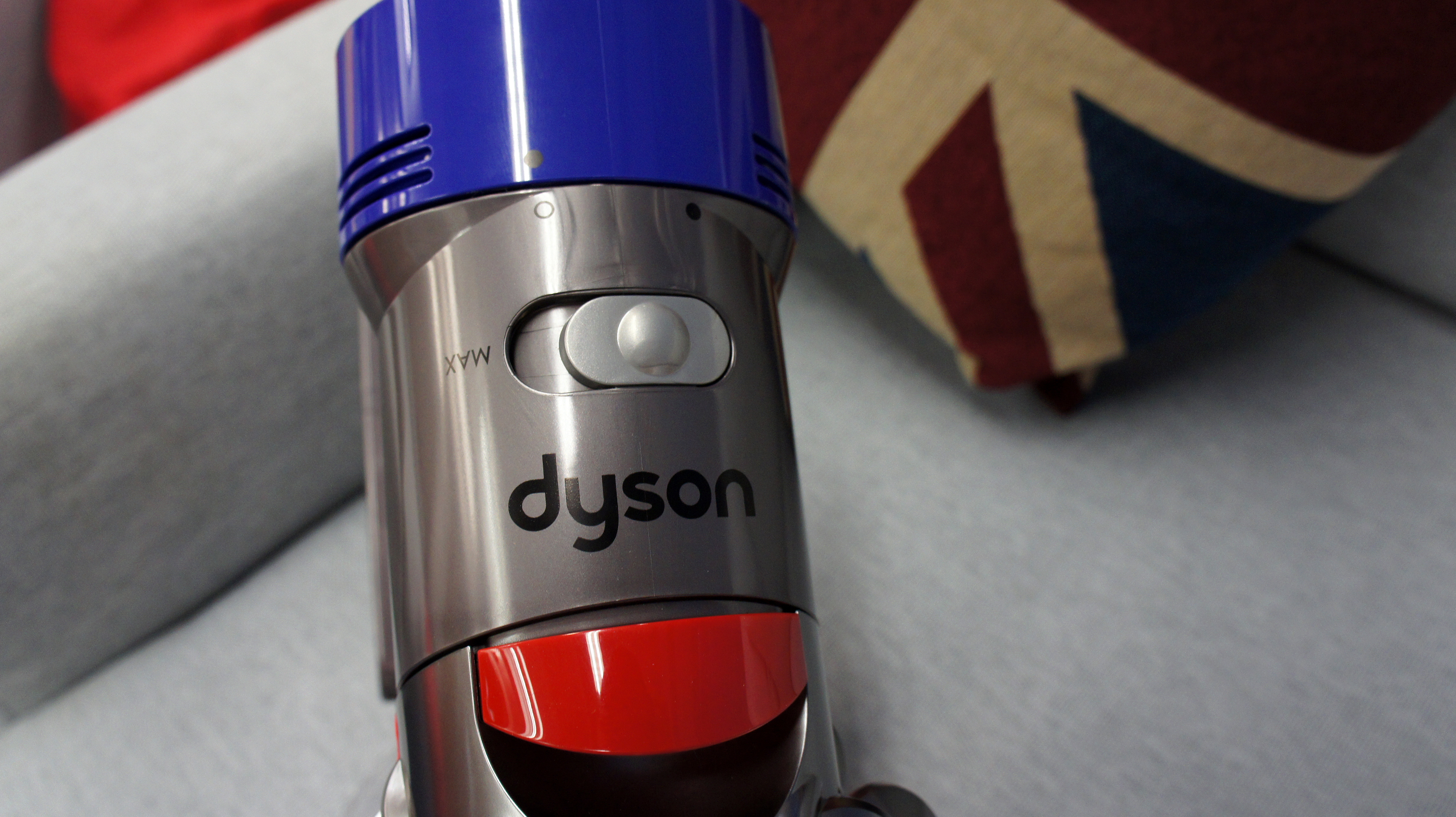 how to clean a dyson v8