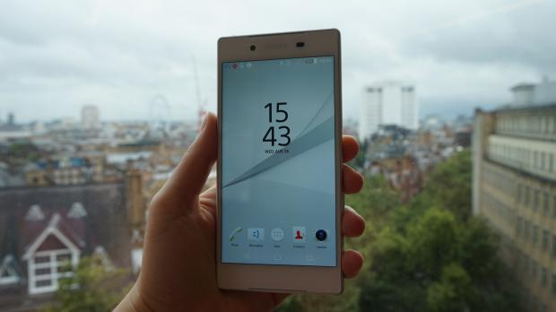 Sony Xperia Z5 hands on white